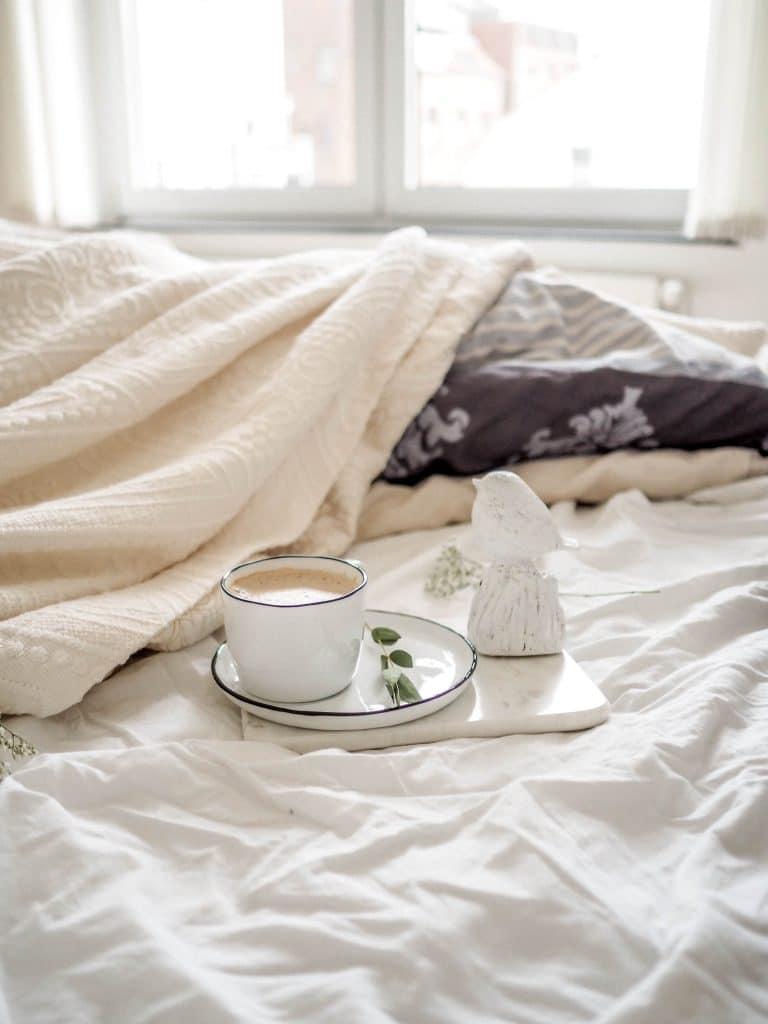 Un chambre cosy avec des accessoires de lit